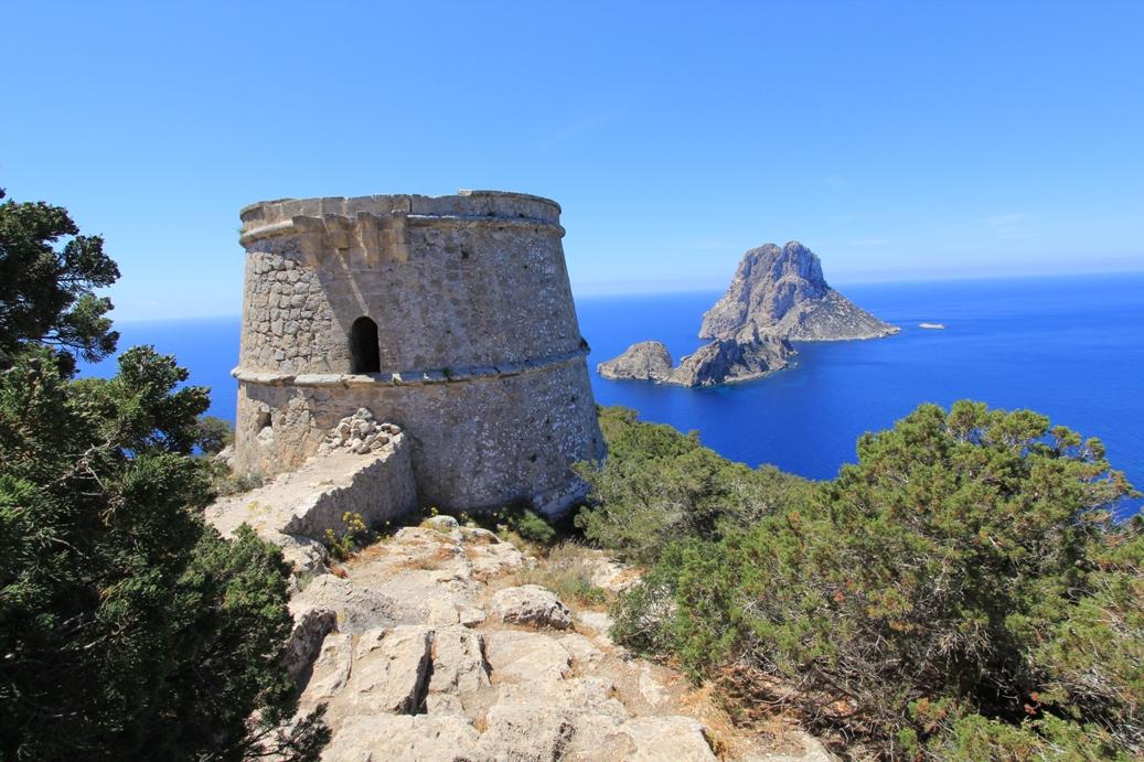 Blick auf den Torre d'es Savinar mit Illa Vedranell & Illa Es Vedra