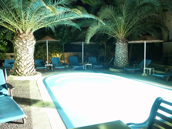 Hotel-Pool bei Nacht